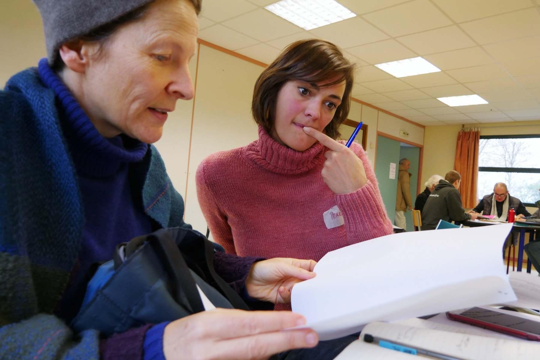 Cécile Renouard, copilote du projet de livre blanc et présidente du Campus de la Transition, vérifie un point du programme avec Perrine Vandecastele qui va animer la session avec Edouard.