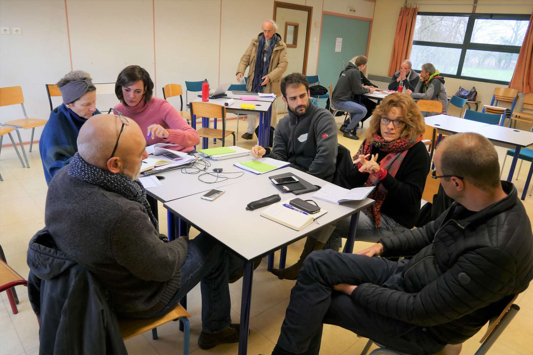 La journée alterne réunions en groupe et plénières.