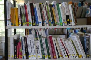Un rayon de la bibliothèque du Campus.